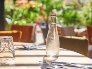 Quelles alternatives aux bouteilles d'eau en plastique dans vos établissements